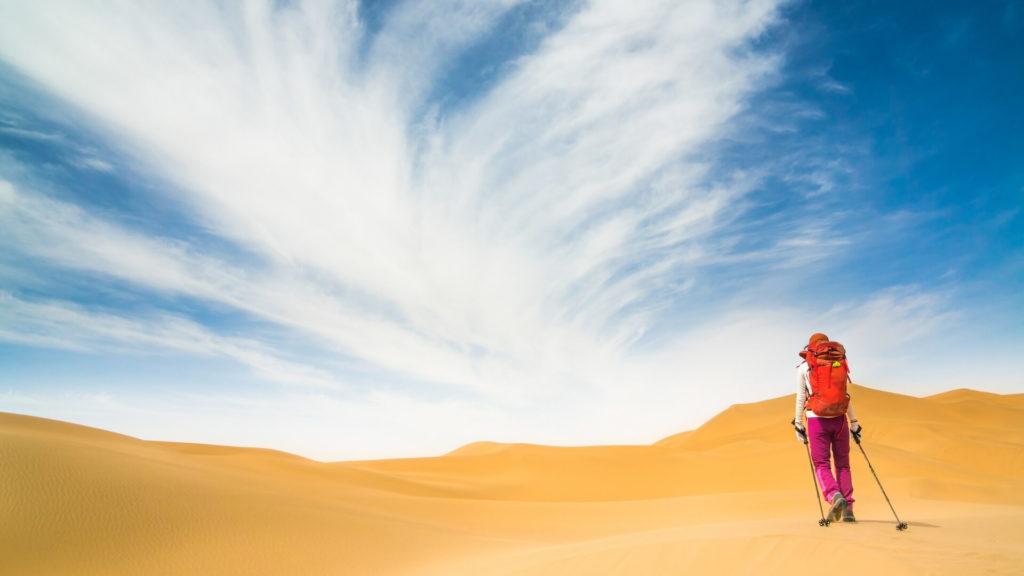 Femme qui randonne seule dans le désert